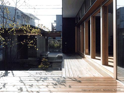 内原の家の部屋 中庭が望めるウッドデッキ