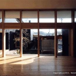 内原の家 (中庭が望める大開口のリビング)
