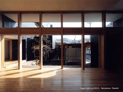 内原の家の部屋 中庭が望める大開口のリビング