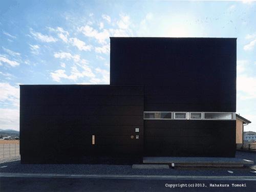 竈山の家の部屋 黒いキューブ型外観