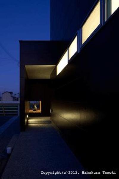 玄関アプローチ (夜間) (竈山の家)