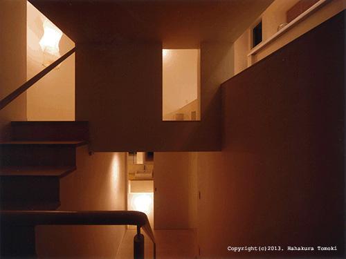 竈山の家の部屋 階段(夜間)