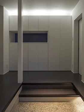 朝日の家 Ⅱの部屋 間接照明のある玄関ホール
