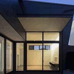 朝日の家 Ⅱ (中庭から明かりの灯ったリビングを望む)