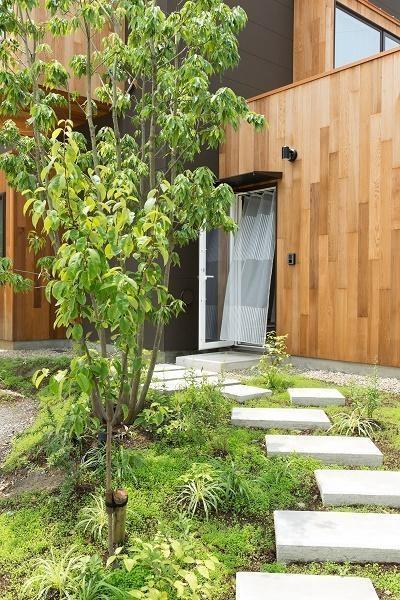 自然な植栽のアプローチ (cotoiro)