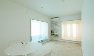 cotoiro (窓辺のソファスペースと小さな和室のあるリビング)