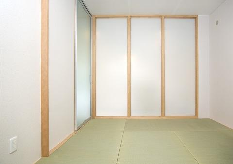 スケルトンリフォーム(コンクリート住宅の構造体を残した室内全面リフォーム)の部屋 縁なしの畳ですっきりとした印象の和室