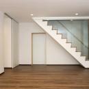 「バリアフリー」と「心地よさ」をかなえた シニア向けリフォーム:コンクリート住宅のリノベーションの写真 光あふれる階段室