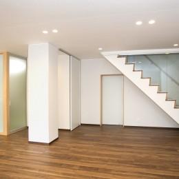 高齢のご両親様の身を案じ、バリアフリー対策を施した住宅:コンクリート住宅の構造体を残した室内全面スケルトンリフォーム (リビング)