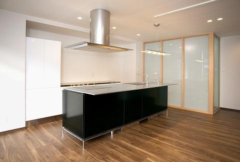 スケルトンリフォーム(コンクリート住宅の構造体を残した室内全面リフォーム) (半透明ガラスの間仕切り)