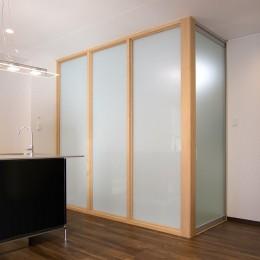 「バリアフリー」と「心地よさ」をかなえた シニア向けリフォーム:コンクリート住宅のリノベーション (ガラスパーテーションで仕切られた寝室)