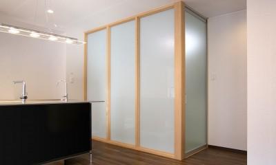 ガラスパーテーションで仕切られた寝室|「バリアフリー」と「心地よさ」をかなえた シニア向けリフォーム:コンクリート住宅のリノベーション