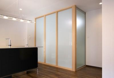 ガラスパーテーションで仕切られた寝室 (「バリアフリー」と「心地よさ」をかなえた シニア向けリフォーム:コンクリート住宅のリノベーション)