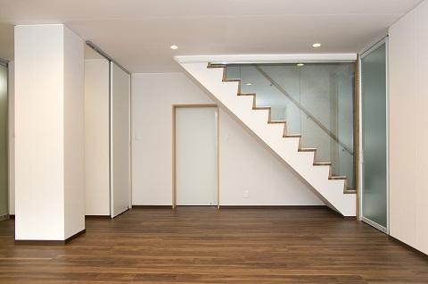 スケルトンリフォーム(コンクリート住宅の構造体を残した室内全面リフォーム)の部屋 ガラスパーテーションで仕切られた階段
