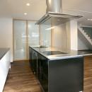 「バリアフリー」と「心地よさ」をかなえた シニア向けリフォーム:コンクリート住宅のリノベーションの写真 ワイドなアイランドキッチン 3