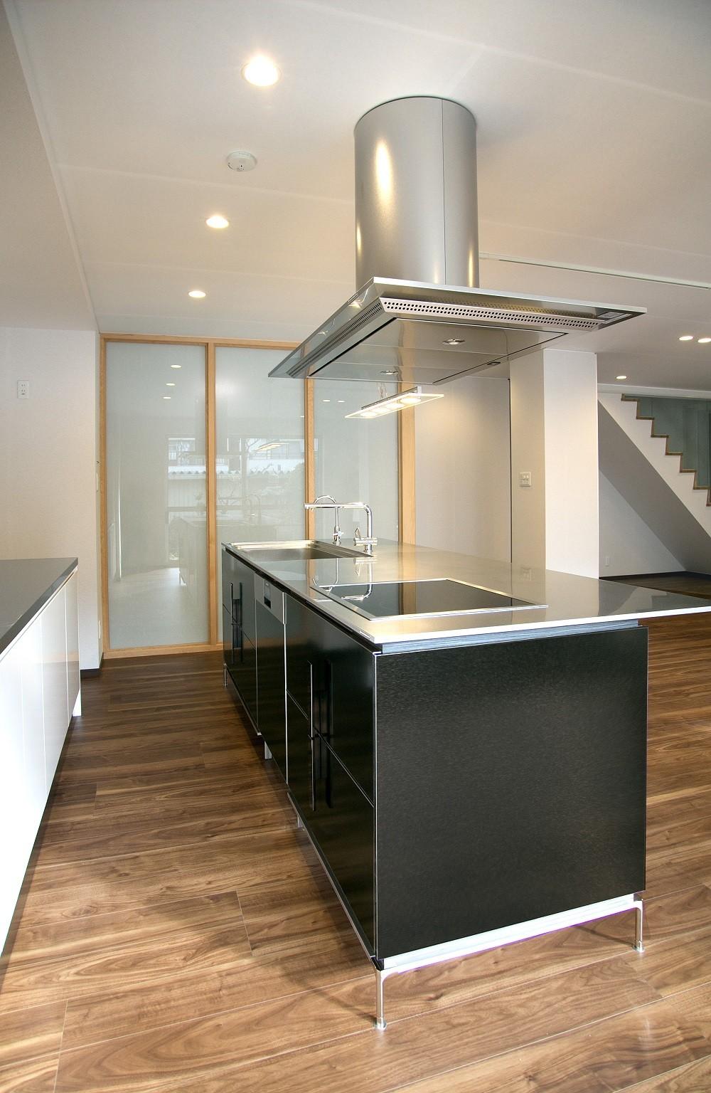 キッチン事例:ワイドなアイランドキッチン 3(「バリアフリー」と「心地よさ」をかなえた シニア向けリフォーム:コンクリート住宅のリノベーション)