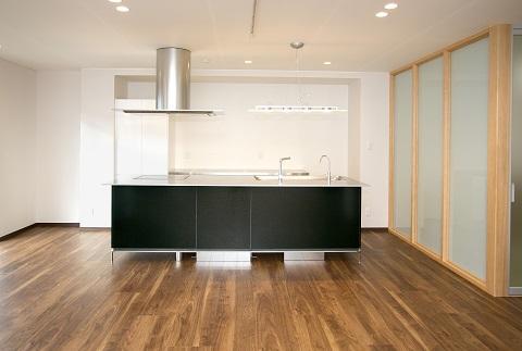 スケルトンリフォーム(コンクリート住宅の構造体を残した室内全面リフォーム)の部屋 ワイドなアイランドキッチン 1