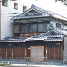 旧家住宅の減築リフォームの設計 (歴史の重みを感じるファサードの改修)
