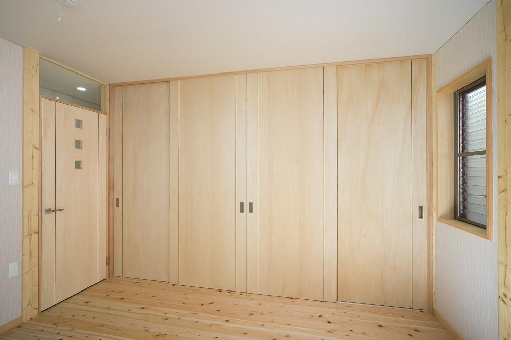 無垢材の香り漂う自然素材住宅:子育て世代にむけた のびやかな家 (寝室)