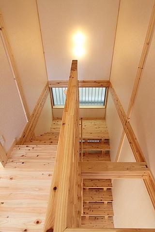 地震に強い家(制震住宅+耐震住宅) (木製階段から見下ろす)