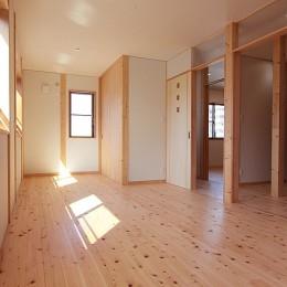 無垢材の香り漂う自然素材住宅:子育て世代にむけた のびやかな家 (子供部屋~建具開放)
