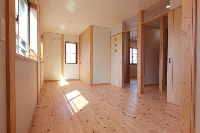 子供部屋~建具開放 (無垢材の香り漂う自然素材住宅:子育て世代にむけた のびやかな家)