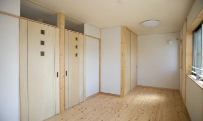 無垢材の香り漂う自然素材住宅:子育て世代にむけた のびやかな家 (子供部屋)