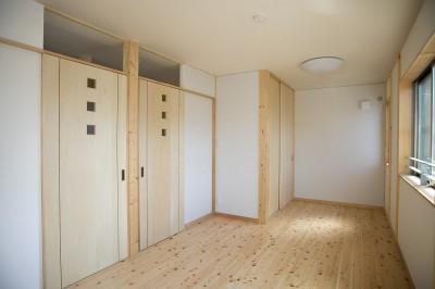 子供部屋 (無垢材の香り漂う自然素材住宅:子育て世代にむけた のびやかな家)