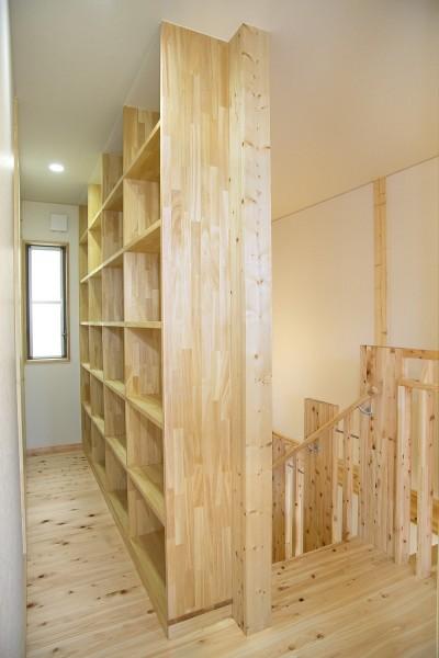 ライブラリー(書庫) (無垢材の香り漂う自然素材住宅:子育て世代にむけた のびやかな家)