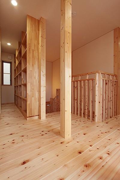 無垢材の香り漂う自然素材住宅:子育て世代にむけた のびやかな家 (2階ホール~廊下)