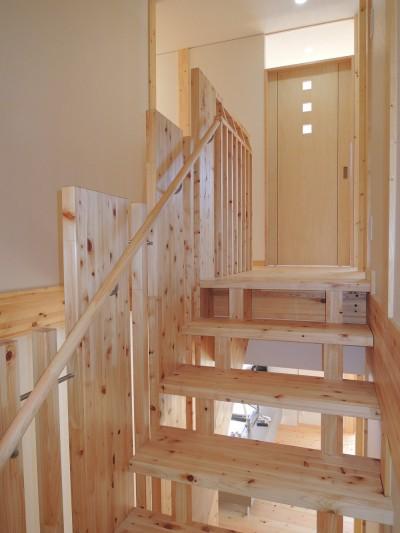 階段を上がり、2階へ (無垢材の香り漂う自然素材住宅:子育て世代にむけた のびやかな家)