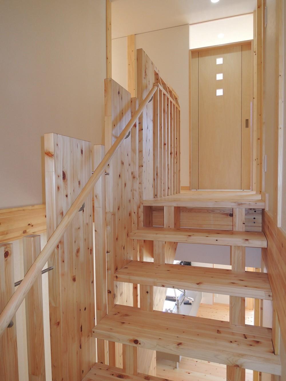 無垢材の香り漂う自然素材住宅:子育て世代にむけた のびやかな家 (階段を上がり、2階へ)