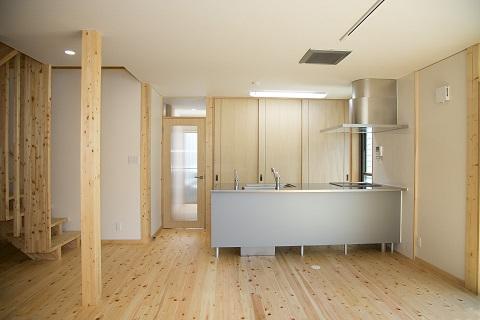 地震に強い家(制震住宅+耐震住宅)の部屋 広々としたリビング~キッチン
