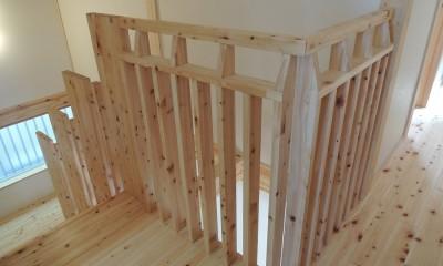 無垢材の香り漂う自然素材住宅:子育て世代にむけた のびやかな家 (持ちやすく手触りのよさが感じられる、木材で加工した手すり。)