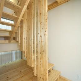 無垢材の香り漂う自然素材住宅:子育て世代にむけた のびやかな家 (木の質感を活かした デザイン階段)