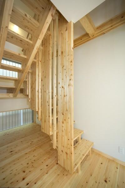 木の質感を活かした デザイン階段 (無垢材の香り漂う自然素材住宅:子育て世代にむけた のびやかな家)