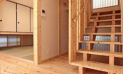 無垢材の香り漂う自然素材住宅:子育て世代にむけた のびやかな家 (解放感あるオリジナル木製階段~和室)
