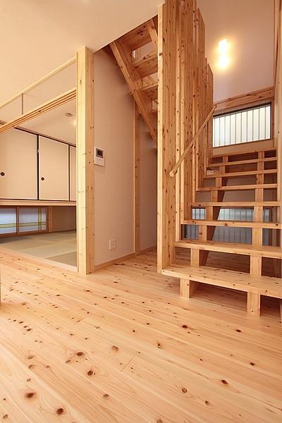 解放感あるオリジナル木製階段~和室 (無垢材の香り漂う自然素材住宅:子育て世代にむけた のびやかな家)