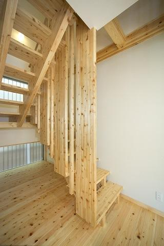 地震に強い家(制震住宅+耐震住宅)の部屋 解放感あるオリジナル木製階段