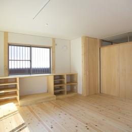 無垢材の香り漂う自然素材住宅:子育て世代にむけた のびやかな家 (リビング)