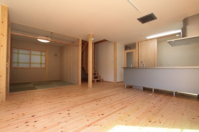 リビング~キッチン (無垢材の香り漂う自然素材住宅:子育て世代にむけた のびやかな家)