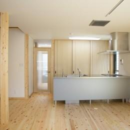 無垢材の香り漂う自然素材住宅:子育て世代にむけた のびやかな家 (キッチン)