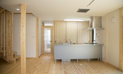 キッチン|無垢材の香り漂う自然素材住宅:子育て世代にむけた のびやかな家