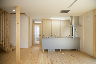 キッチン (無垢材の香り漂う自然素材住宅:子育て世代にむけた のびやかな家)