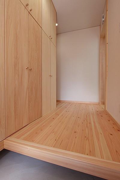 玄関ホール~自然無垢材 (無垢材の香り漂う自然素材住宅:子育て世代にむけた のびやかな家)
