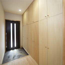 無垢材の香り漂う自然素材住宅:子育て世代にむけた のびやかな家