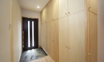 無垢材の香り漂う自然素材住宅:子育て世代にむけた のびやかな家 (玄関ホール)