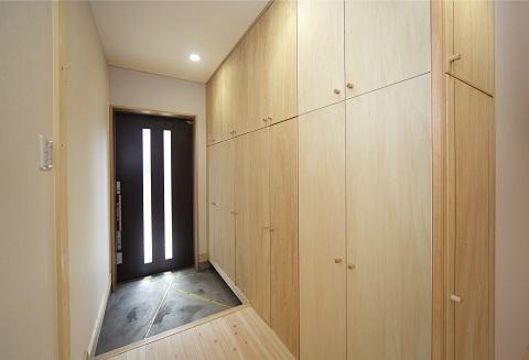 地震に強い家(制震住宅+耐震住宅)の部屋 豊富な玄関の収納庫・下駄箱