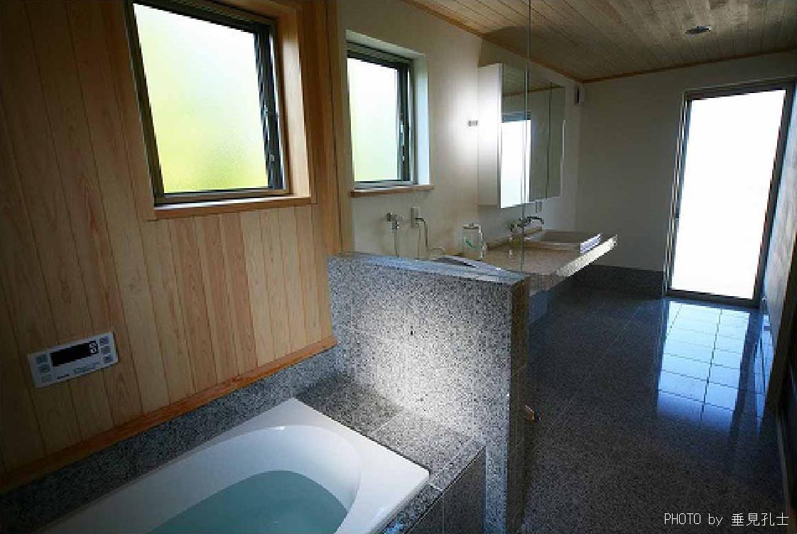 長久手の庭の部屋 石造りの浴室・洗面エリア