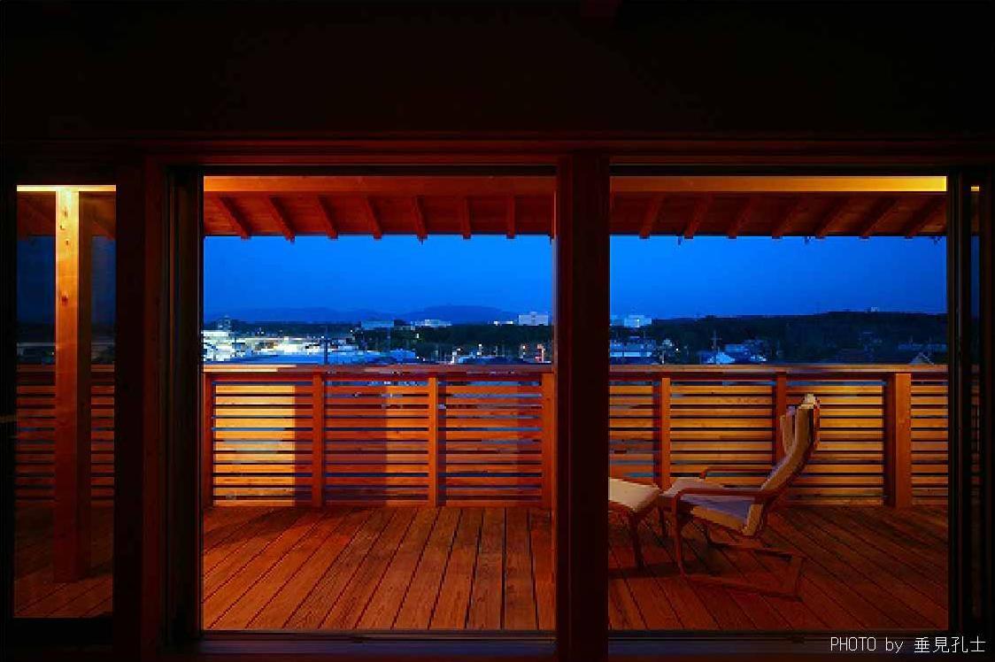 長久手の庭の部屋 周りを見渡せる木製バルコニー